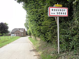 Rouvroy-sur-Serre (Aisne) city limit sign.JPG