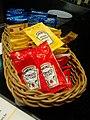 Saches catchup e mostarda Heinz (9943061864).jpg