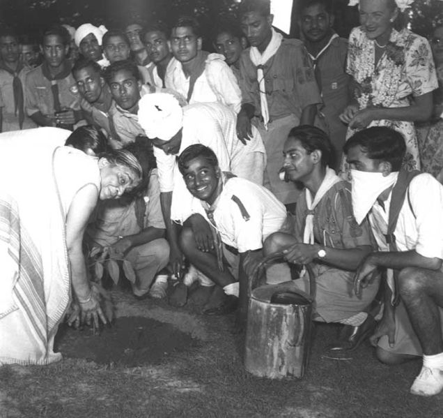 படிமம்:Sarojini Naidu plants a tree in Mehrauli, Delhi.jpg