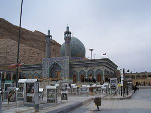Shahreza mosque people cemetery.jpg