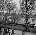 Skotske infanterisoldater marsjerer gjennom Elvegata (1945) (23080733471).jpg