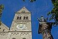 St. Benno - München - östlicher Kirchturm und Bennosäule.jpg