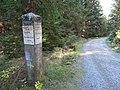 Steinerner Wegweiser an Hermanns Chaussee unweit Stempels Buche am Abzweig zum verbotenen Schneelochweg auf den Brocken Mitte Oktober 2018.jpg