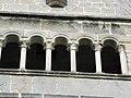 Třebíč, bazilika, sloupky.jpg