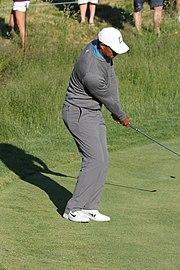 Le golfeur poursuit son geste après avoir frappé la balle.