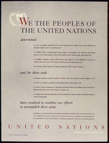 Póster que muestra el Preámbulo de la Carta de las Naciones Unidas, 1945.