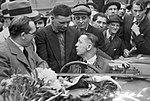 V cíli 1000 mil čsl., vítězný Knapp se spolujezdcem Vojířem (1934).jpg