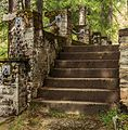 Verweerde- met mos bedekte stenen trap. Locatie, Kerk van San Rocco met daaromheen de militaire begraafplaats in Peio Paese 01.jpg