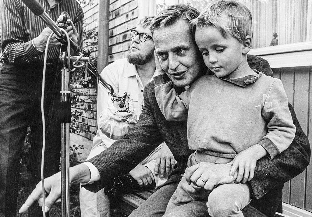 Olof Palme, con su hijo Marten en 1967.