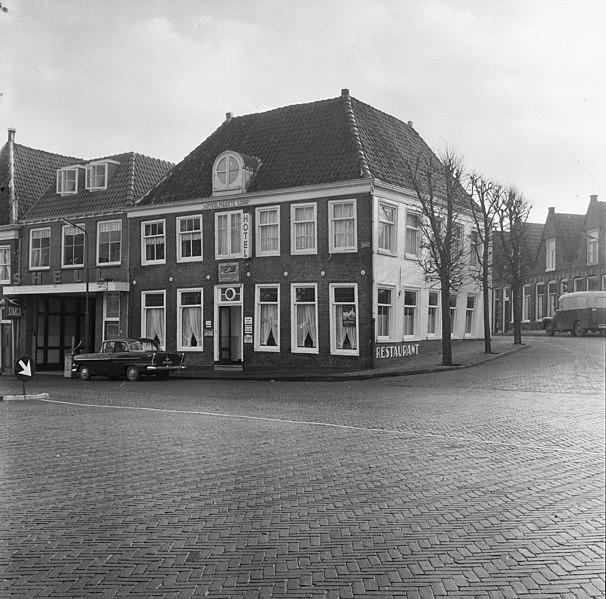 File:Voor- en zijgevel - Hoorn - 20116220 - RCE.jpg