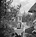 Willem van de Poll met een schrijfmachine en foto's() in de tuin in Waalre, Bestanddeelnr 252-1374.jpg