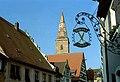 Wolframs-Eschenbach, Blick zum Kirchturm, Nasenschild.jpg