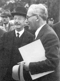 Yitzhak Vilkanski and High Commissioner Arthur Wauchope in Rehovot in 1935.jpg