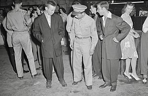 Zoot suit - A soldier with two men wearing zoot suits in Washington, D.C., 1942