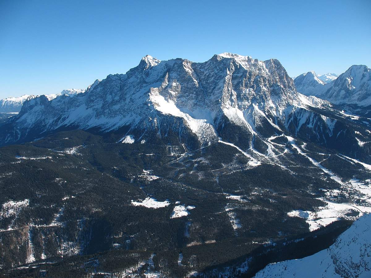 Zugspitzmassiv von Westen (Zugspitzgipfel links)