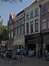foto van Winkel met bovenwoning met lijstgevel met jongere winkelpui