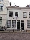 foto van Huis met eenvoudige lijstgevel met schuiframen