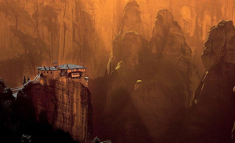H Μονή Ρουσάνου πάνω στο σύμπλεγμα βράχων των Μετεώρων