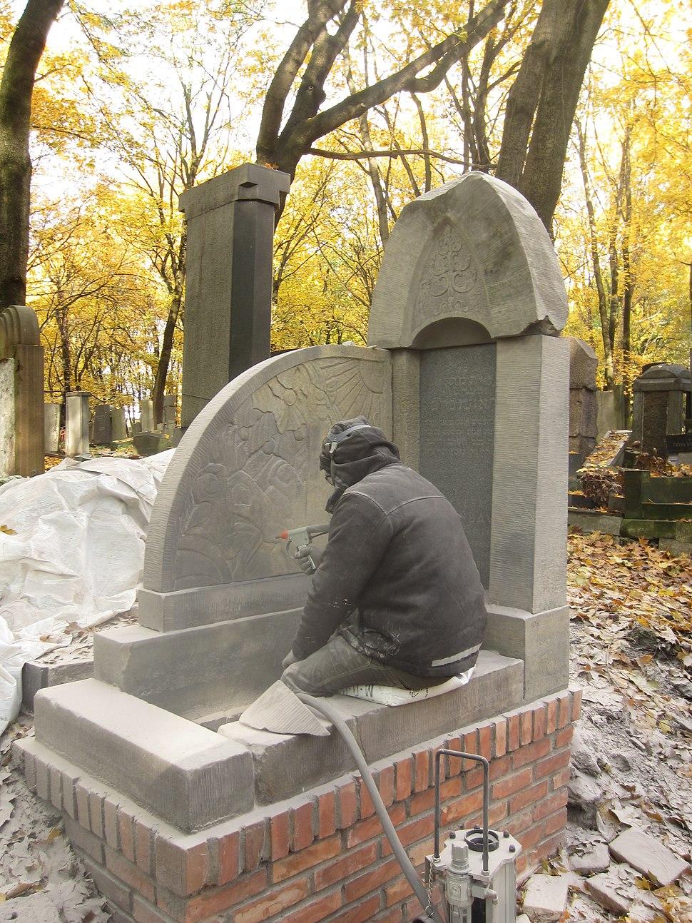 בית הקברות היהודי בוורשה - חידוש מצבה