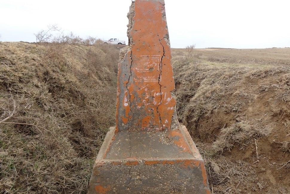 علایم بتونی دیوار تاریخی گرگان که زیر خاک مدفون شده است