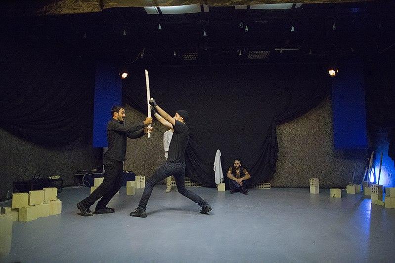 File:نمایش هملت در قم به کارگردانی علی علوی و گروه تئاتر گاراژ به روی صحنه رفت hamlet Garage Theater qom 04.jpg