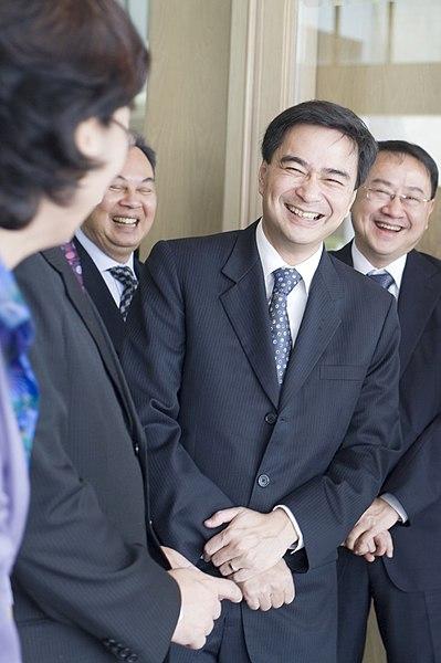 File:ขอบคุณรอยยิ้ม ^^ นายนิกะ กิเลาริ (H.E. Mr. Nika Gila - Flickr - Abhisit Vejjajiva.jpg