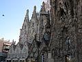 070 Sagrada Família, façana del Naixement i claustre.jpg