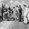 Aankomst van koningin en prins op het vliegveld Zanderij. Begroeting door indian, Bestanddeelnr 252-4192.jpg