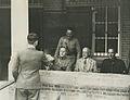 Aanmelden van een burgerdeelnemer op het binnenterrein van de Prins Hendrikkazer – F41804 – KNBLO.jpg
