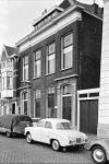 foto van Herenhuis met lijstgevel, bestaande uit een terugliggend gedeelte en twee hoekrisalieten, waarin natuurstenen deuromlijstingen