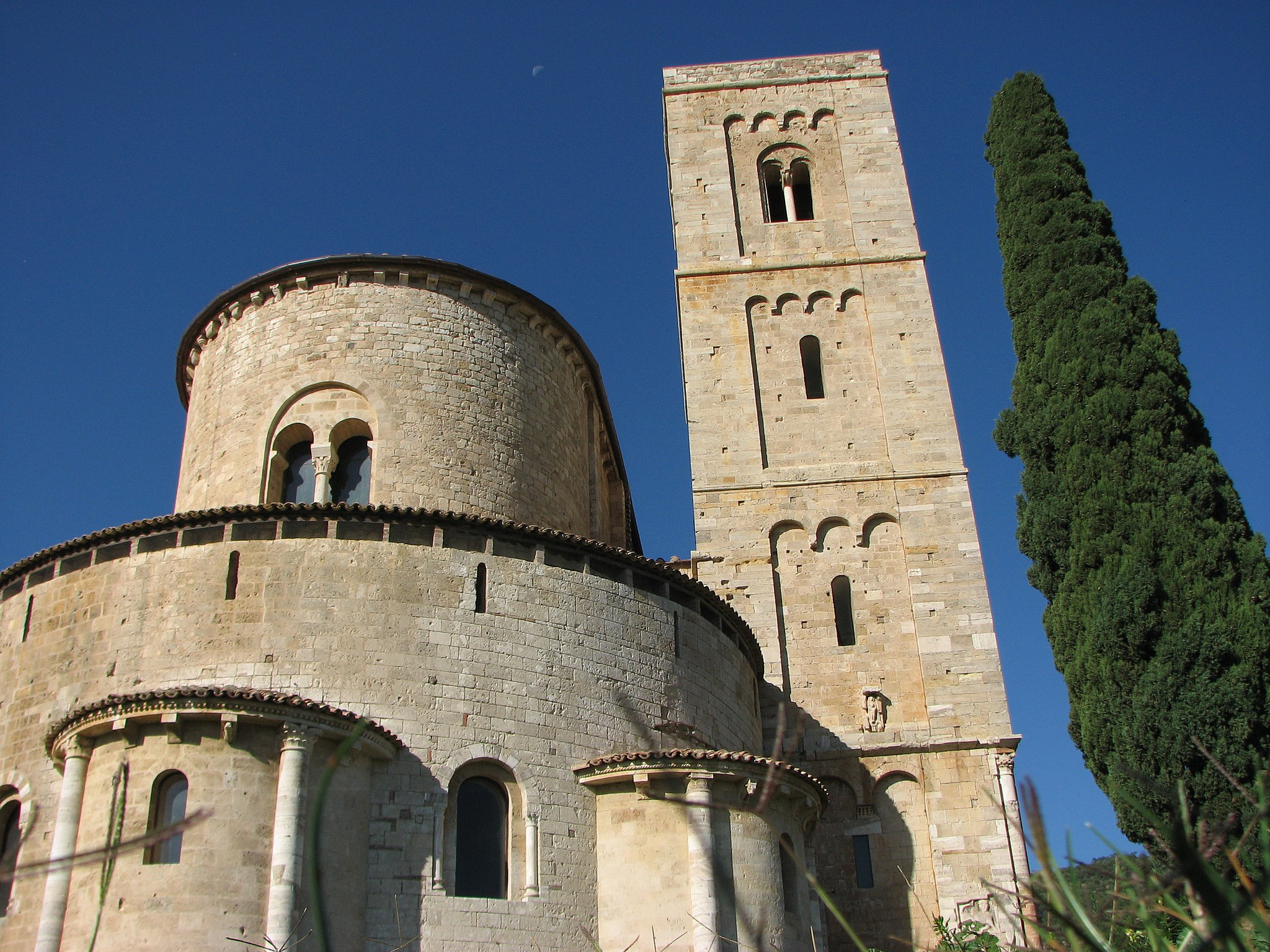 L'Abbazia di Sant'Antimo. Il campanile e l'abside
