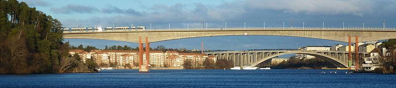 En tværbanetåd passerer Alviksbron.   I baggrunden ses Tranebergsbron.