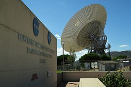 Antena 70 metros desde entrada museo, Deep Space Communications Complex.jpg