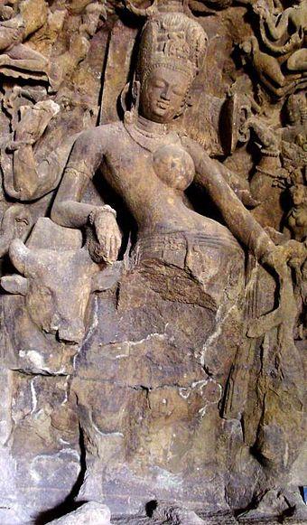 ヒンズー教の神シヴァ神はしばしば二人の男女の性質で、Ardhanarisvaraとして表されます。 通常、Ardhanarisvaraの右側は男性、左側は女性です。 この彫刻はムンバイ近くのエレファンタ洞窟からのものです。