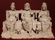 Statue von drei nebeneinander sitzenden Figuren