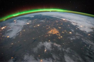Fil:Aurora Borealis and eastern United States at Night.ogv