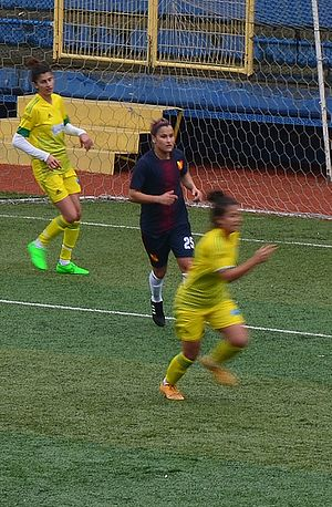 Aylin Yaren - Aylin Yaren (middle) playing in the away match of Trabzon İdmanocağı against Kireçburnu Spor in the 2015–16 Turkish Women's First Football League.