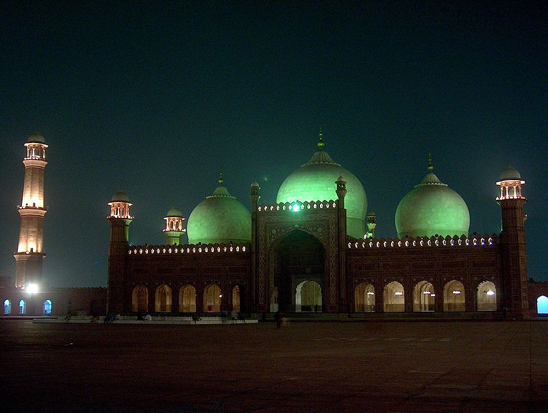 Badshahi Masjid at night on July 20 2005.jpg