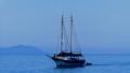 Barco em águas azuis.png