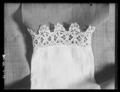 Barnskjorta, lintyg, som sannolikt burits av drottning Kristina vid 2 års ålder - Livrustkammaren - 71185.tif