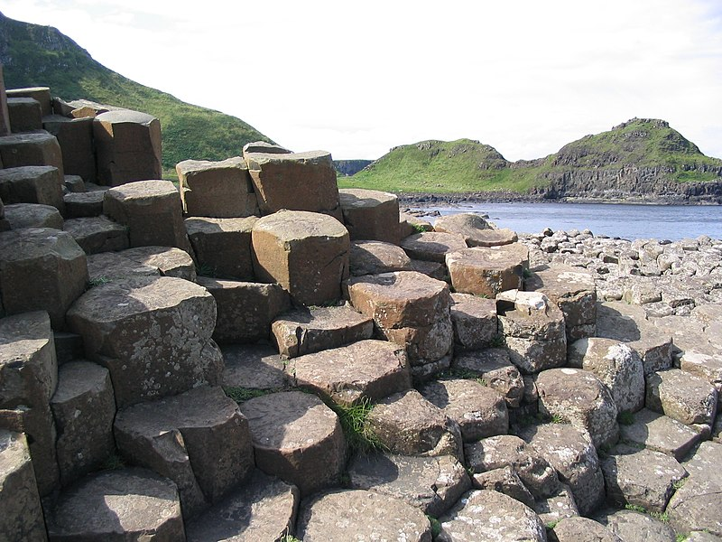 File:Basalt roch formations at the giant's causeway - panoramio - el ui.jpg