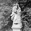 Beeld in kasteeltuin van oude man met uil, Bestanddeelnr 254-4515.jpg