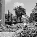 Beeldhouwwerken in de perzische tuin van de Bahai Temple (Bahá'í Huis van Aanbid, Bestanddeelnr 255-2100.jpg