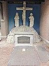 foto van Tegen de zuidelijke transeptfaçade van de R.K. H. Lambertuskerk te Beers staat een cavaleriegroep met heilig graf onder afdak