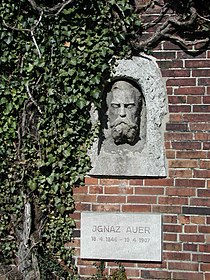 Berlin Friedrichsfelde Zentralfriedhof, Gedenkstätte der Sozialisten (Ringmauer) - Auer, Ignaz 2.jpg
