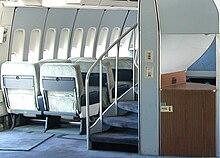 Helikforma ŝtuparo sur 747-100s kaj —200s tio kondukas al la supra ferdeko