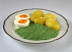 Nässelsoppa serverad med ägg och potatis