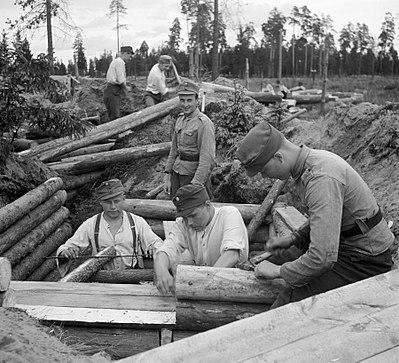 Finska soldater i Karelen bygger bunkrar för att skydda sig mot ryska soldater