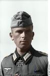 Bundesarchiv Bild 101I-218-0540-21, Russland-Süd, Hauptmann mit Ritterkreuz Recolored.png