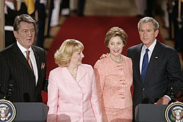 Viktor Iouchtchenko et Kateryna Iouchtchenko en compagnie de la première dame Laura Bush et du président américain George W. Bush, le 4 avril 2005 à la Maison Blanche.